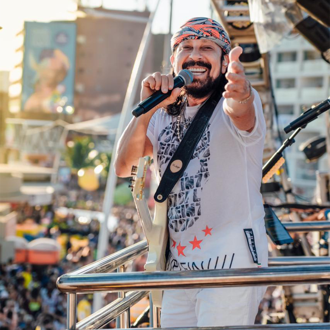 Foto do cantor Bell Marques sorrindo em cima do trio elétrico do carnaval de Salvador