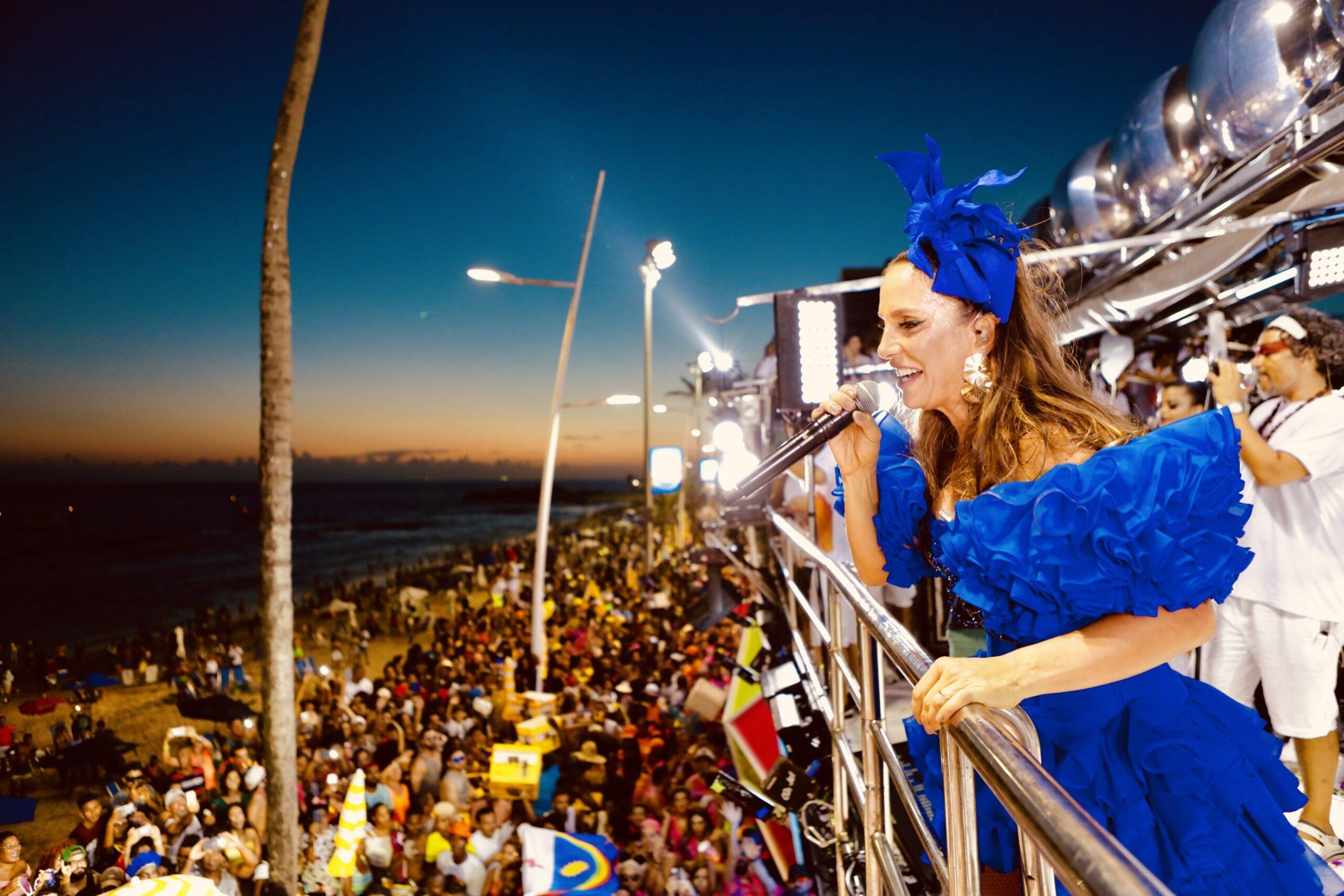 Foto da cantora Ivete Sangalo em cima do trio elétrico no Carnaval de Salvador