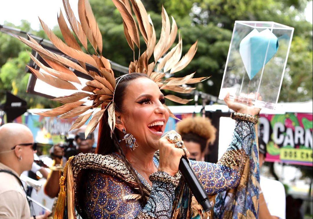 Foto de Ivete Sangalo cantando em cima do trio elétrico no Carnaval de Salvador
