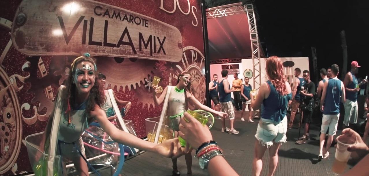 Foto de uma ativação do camarote Villa Mix com mulheres fantasiadas de fadas distribuindo brindes