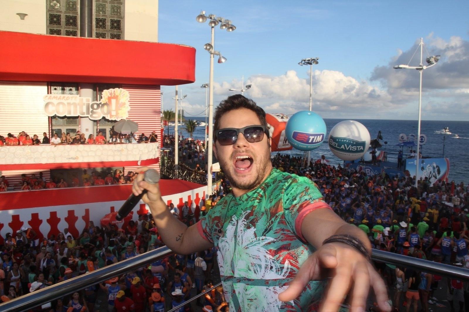 Foto do Cantor Levi Lima cantando em cima do trio elétrico do bloco Praieiro no carnaval de Salvador