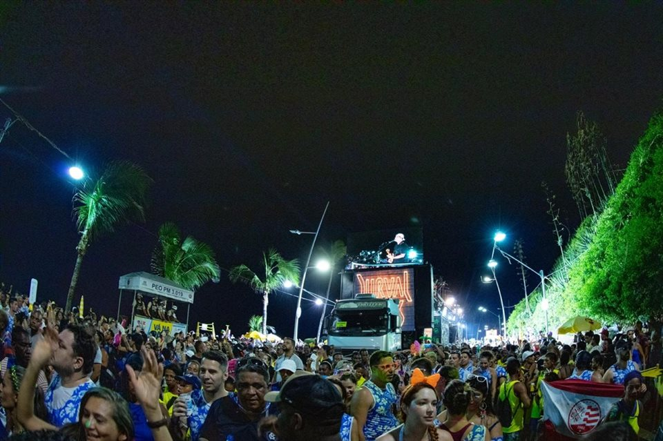 Foto do Trio elétrico do bloco me abraça no carnaval de Salvador