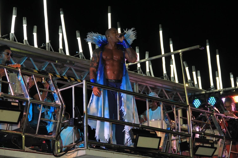 Foto do trio elétrico do Bloco do Nana com o cantor Léo Santana no Carnaval de Salvador