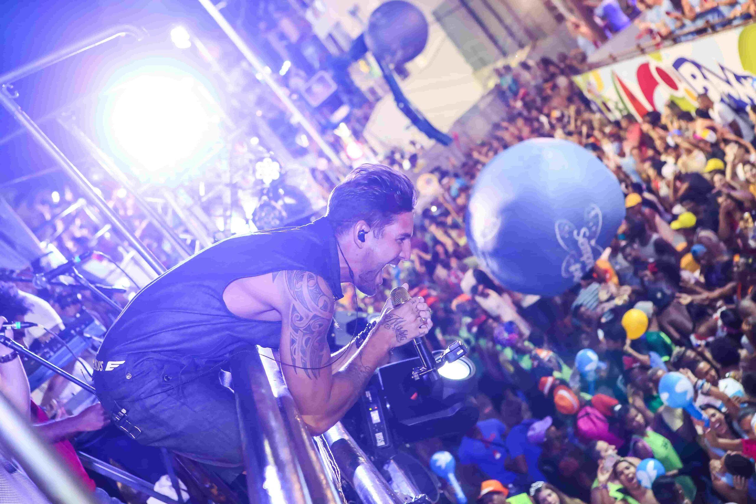 Foto do cantor Felipe Pezzoni cantando em cima do trio do bloco EVA no carnaval de Salvador