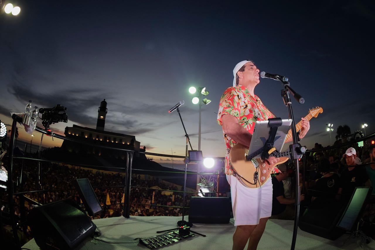Foto do cantor Durval Lelys em cima do trio elétrico no Carnaval de Salvador