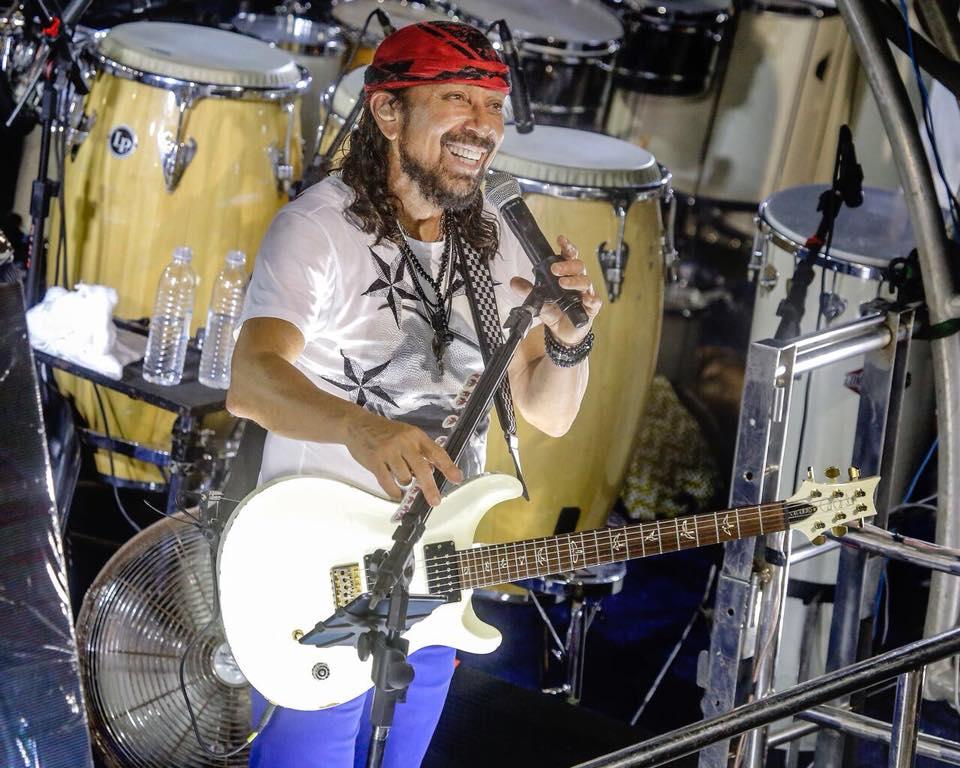 Foto com cantor Bell Marques cantando em cima do trio elétrico no Carnaval de Salvador