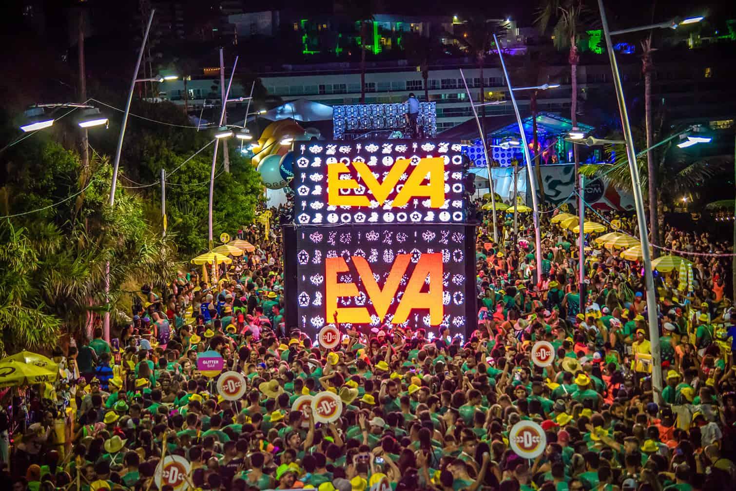 Foto do bloco EVA com vários foliões atrás do trio elétrico no Carnaval de Salvador