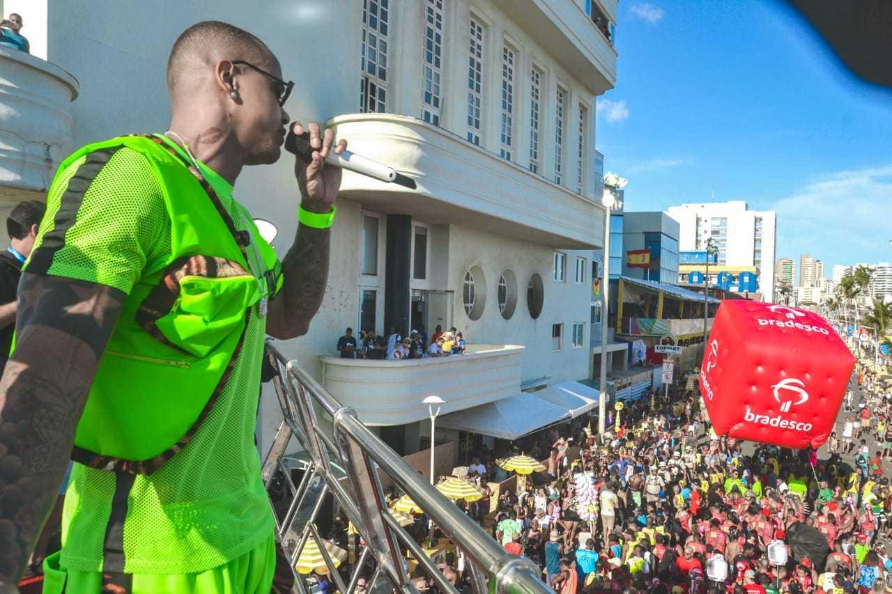 Foto do cantor Léo Santana em cima do trio elétrico do bloco do nana no carnaval de Salvador