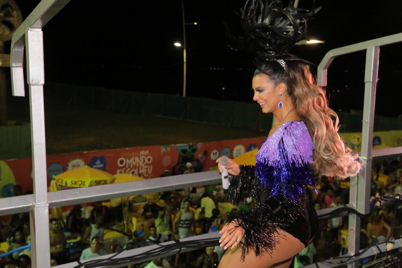 Foto da cantora Vina Calmon sorrindo em cima do trio elétrico do bloco Cheiro de Amor no Carnaval de Salvador