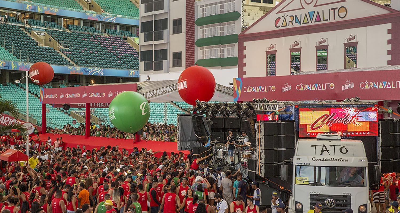 Foto do evento Carnavalito com o cantor Kevinho cantando em cima do trio elétrico dentro da Arena Fonte Nova
