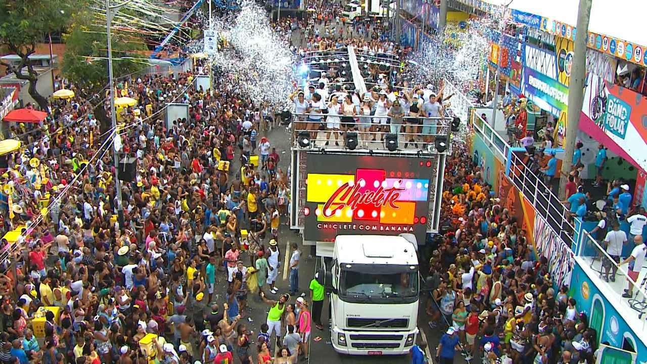Foto do trio elétrico do Bloco Inter comandado pela banda Chiclete com Banana no Carnaval de Salvador