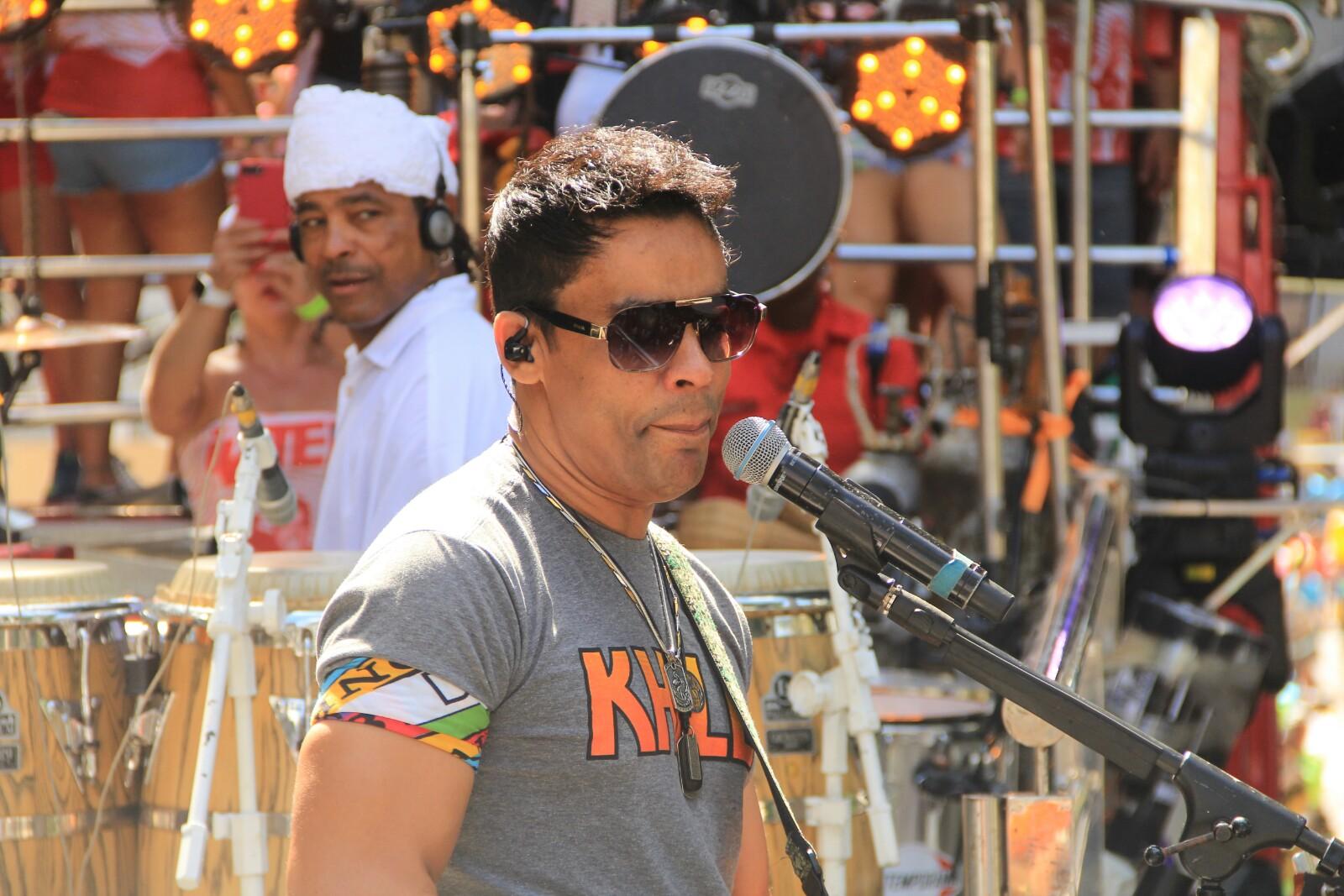 Foto com o cantor Khill da banda Chiclete com Banana, em cima do trio elétrico no bloco Voa Voa