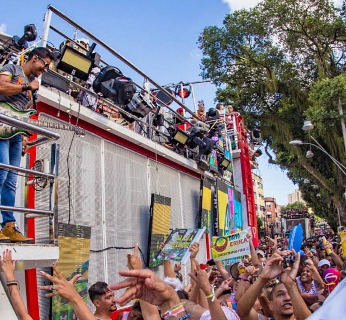 Foto com o cantor Khill da banda Chiclete com Banana, em cima do trio elétrico no Carnaval de Salvador