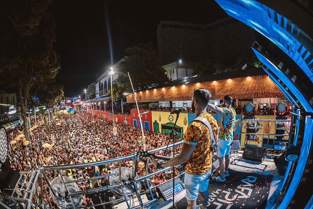Foto da dupla Rafa e Pipo Marques cantando em cima do trio elétrico no Carnaval de Salvador
