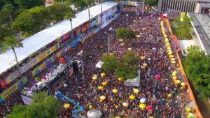 Imagem aérea do carnaval de Salvador com vários foliões em volta de um trio elétrico