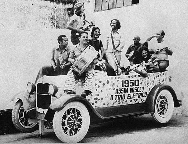 Imagem do primeiro trio elétrico com uma pequena banda em cima tocando músicas do carnaval em 1950