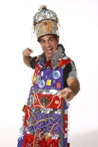 Durval Lelys vestido com uma fantasia feita com materiais reciclados